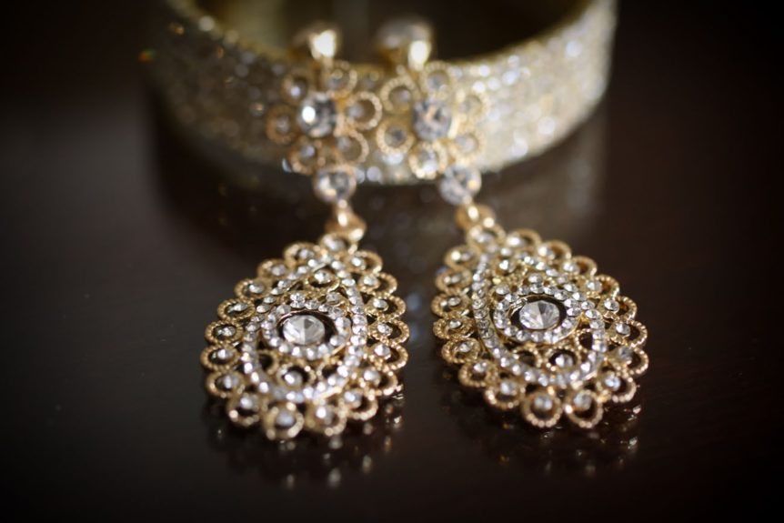 The bride's lovely accessories to adorn her beautiful dress