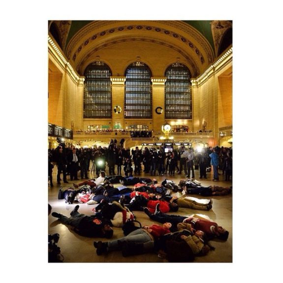 Protesters staging a die-in in Grand Central Station (Photo:alexandrang/Instagram)