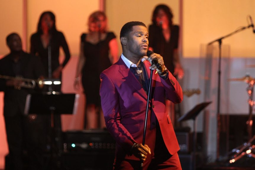Maxwell gives it to the ladies and gents at 'Verses and Flow'