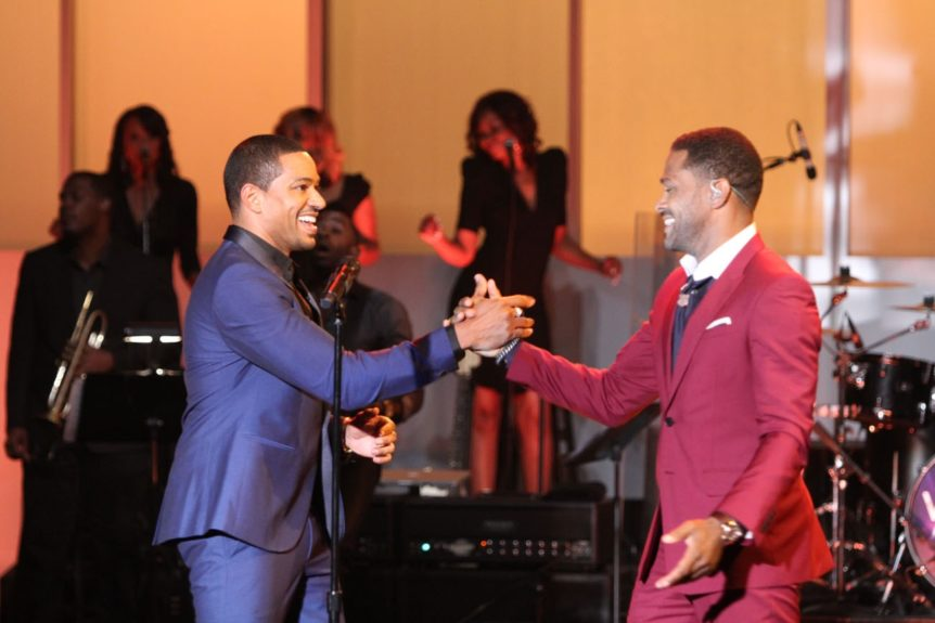 Host Laz Alonso daps up Maxwell, performing at 'Verses and Flow'