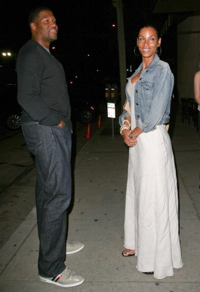 Nicole Murphy and fiance Michael Strahan are spotted heading into a restaurant in West Hollywood, CA.