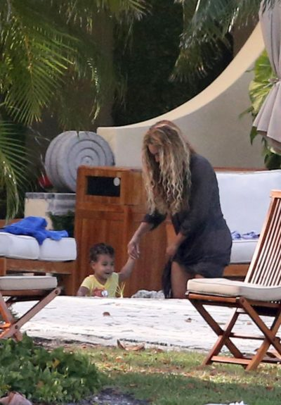 """Remember those """"baby #2"""" pregnancy rumors?Beyoncéplays with Blue Ivy on Miami Beach, definitely un-pregnant."""