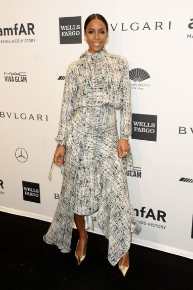 Chicly attired in this flowing black and white printed Juan Carlos Obando dress, metallic gold pumps, and a slicked back chignon, Kelly hit up the AmfAR New York Gala.