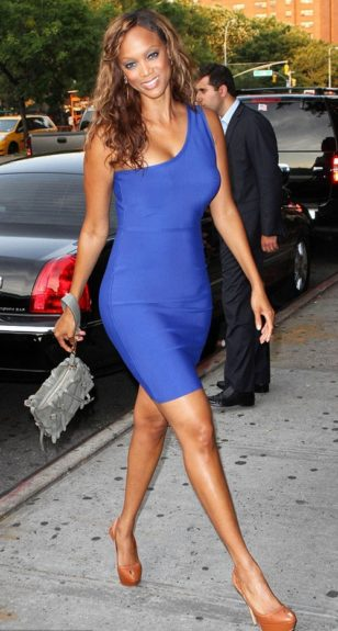 Tyra Banks is gorgeous in her blue one-shouldered dress, and light brown pumps