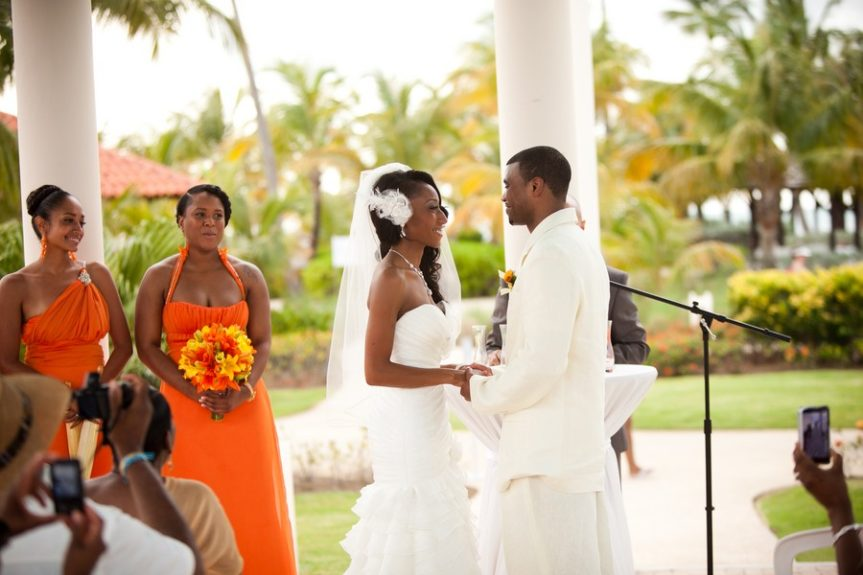 The couple Lachelle Robinson and Larry Sessons exchanging vows in Puerto Rico