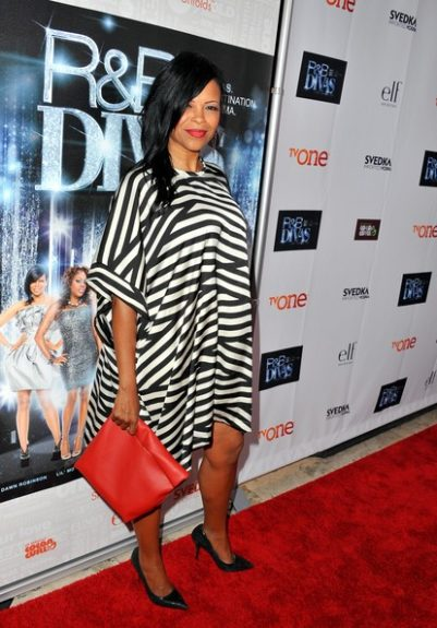 Dawn Robinson in a trapeze striped dress and red clutch— and her face is beat to perfection, we must say. <em>photo: WENN</em>