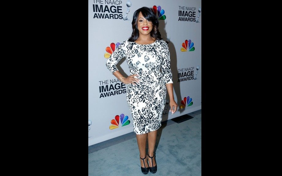 Niecy Nash was gorgeous in a printed frock, red lip, and black pumps. Photo Credit: Getty