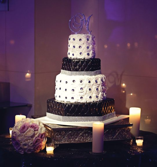 We just can't... this cake is so chic!