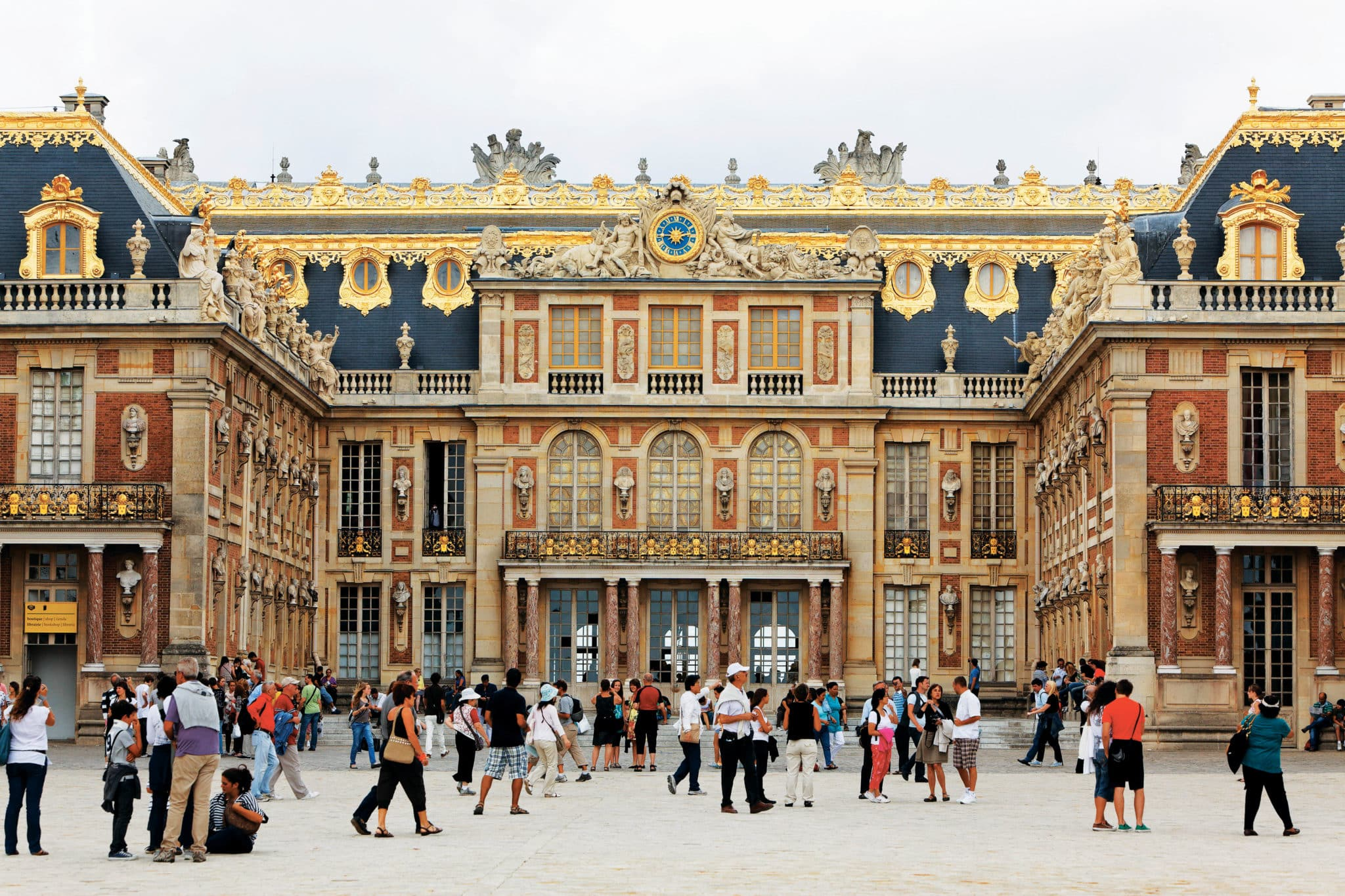 D20TEC People in front of the Palace of Versailles, Ile de France, France, Europe